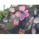 Tela de gasa negra con hojas de colores