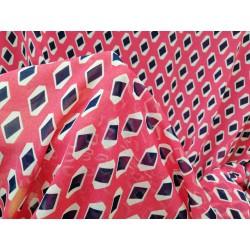 Tela gasa estampada rombos fondo rosa